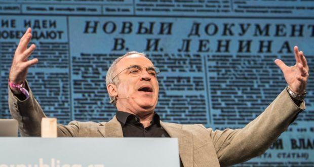 Kasparov ya tiene un nuevo reto: derrotar a las fake news